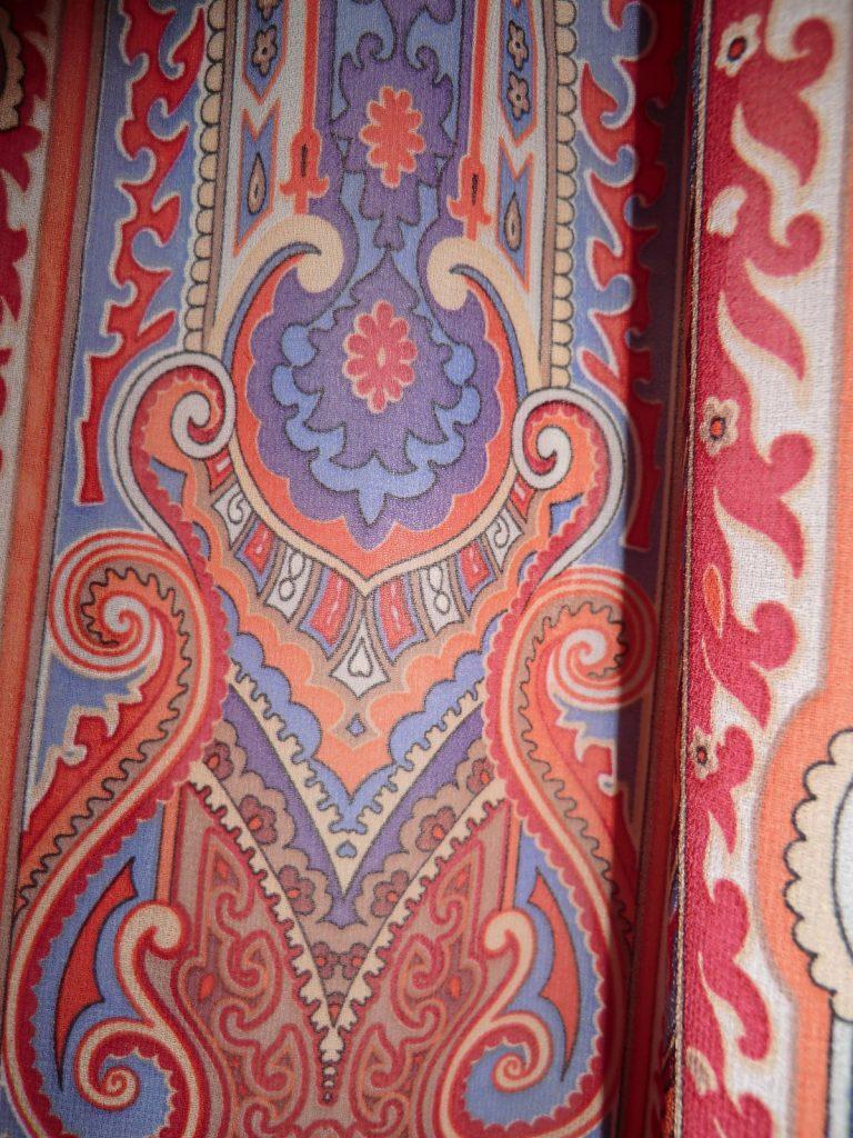 Dirndlschürze exotisch orientalisch mit Lila farbener Schleife 3